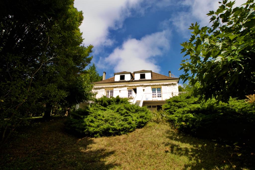 Villeneuve sur Lot, maison familiale des années 70 d'environ 224,51 m2 avec vue dominante depuis sa grande terrasse orientée sud, sur 3 niveaux. Une vaste entrée dessert un salon-séjour de 36,65 m2 donnant comme la cuisine sur la terrasse, on y trouve éga