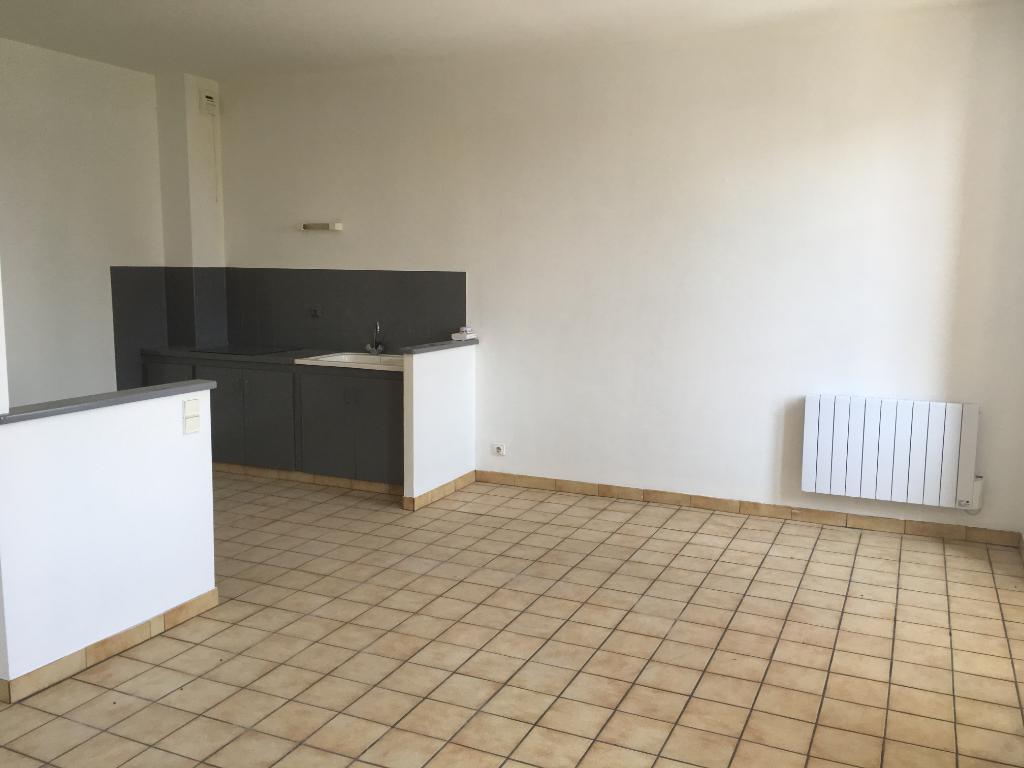 Villeneuve Sur Lot, dans petit immeuble calme, appartement T3 d'environ 54,97 m2.  Sur trois niveaux vous trouverez en rez-de-chaussée une entrée, au premier étage un salon séjour avec coin cuisine (plaque neuve) et au deuxième étage deux chambres et une