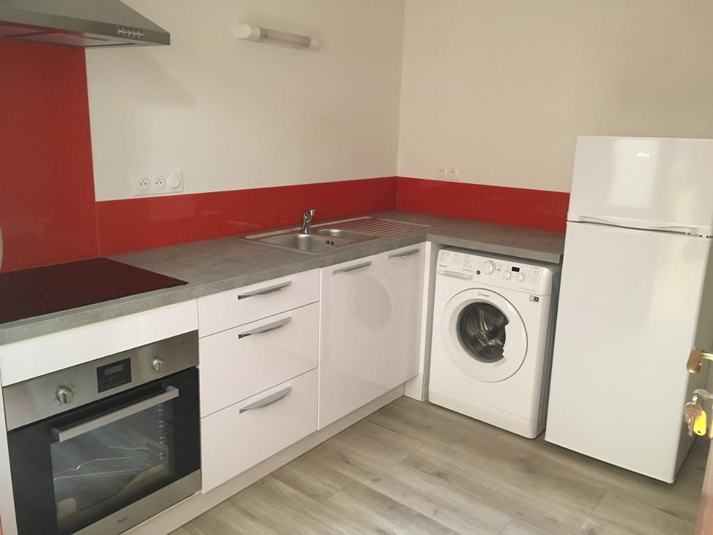 VILLENEUVE SUR LOT, T1 Bis entièrement refait à neuf  d'environ 28,98 m2 comprenant une cuisine équipée, une chambre et un WC.  Appartement meublé.