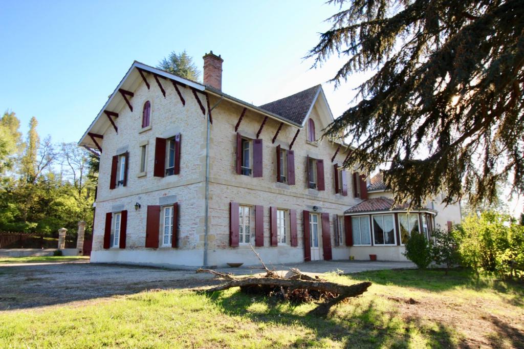 Dans la campagne lot et garonnaise, entre Marmande et Castelmoron sur Lot, magnifique maison bourgeoise d'environ 530 m2 habitable sur un parc de plus de 2 hectares. Cette propriété vous accueille avec une distribution typique des maisons de maîtres : de