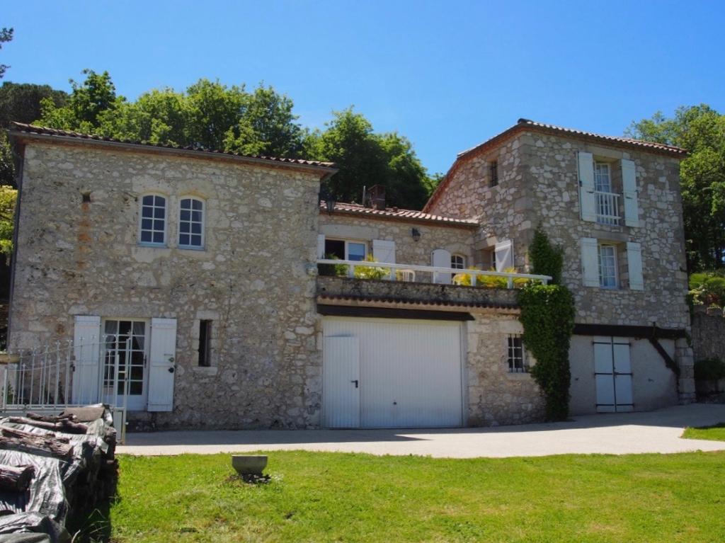 """A Pujols (classé """"un des Plus beaux villages de France)"""", entre Villeneuve sur Lot et Agen, maison en pierres de 141 m2 sur un jardin paysagé d'environ 6000 m. On aime tout particulièrement :  - la vue dominante sur la campagne - la proximité avec la vill"""