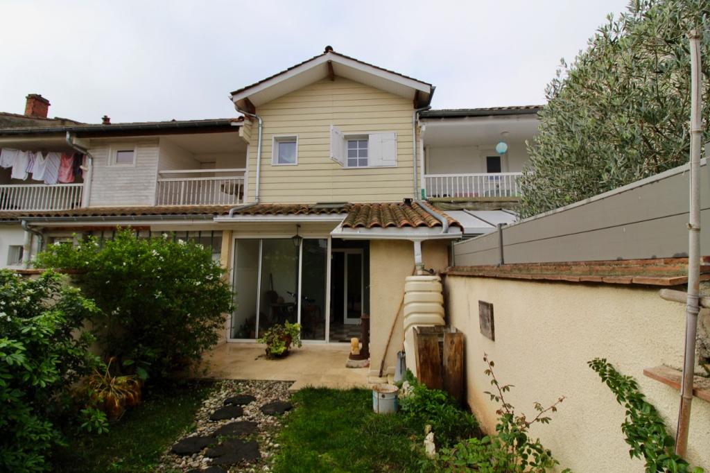 Villeneuve sur Lot, maison de ville de 74 m2 en très bon état. Entièrement rénovée, elle est performante et agréable à vivre avec son jardin à l'arrière à deux pas des commerces.