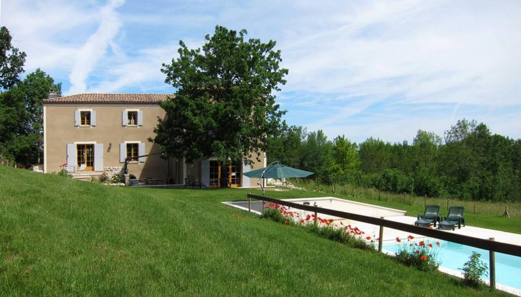 Secteur Monflanquin, dans la campagne, superbe construction traditionnelle d'environ 231,87 m2 aux beaux volumes avec 4 chambres en suite, pièce de vie et cuisine orientées sud, chauffage au sol par géothermie, terrasses, piscine. Au calme absolu, sur un