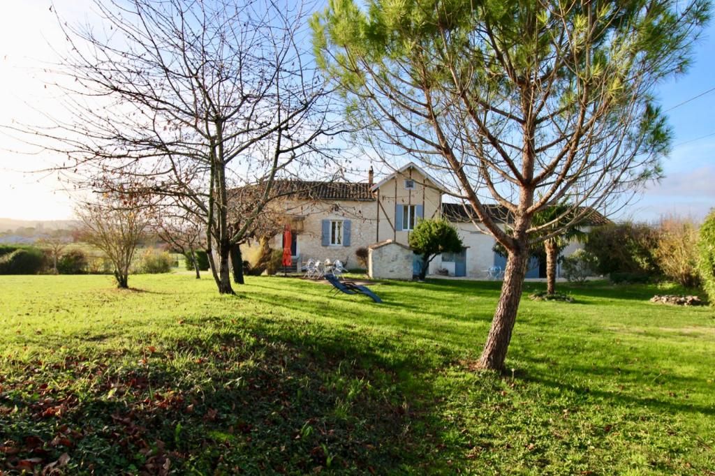 Tout près de Monflanquin à pieds, l'un des plus beaux villages de France, très belle maison en pierres rénovée de style longère d'environ 135,97 m2 avec gîte, bénéficiant d'une vue dégagée sur la campagne alentour, sur un terrain d'environ 3954 m2. Dans l