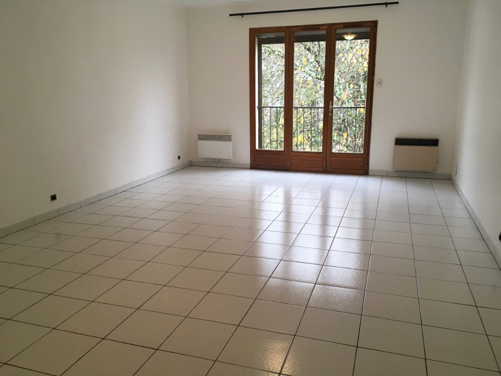 VILLENEUVE-SUR-LOT, dans une impasse , appartement T4 situé au 1er étage d'un petit immeuble.   Appartement de type 4 d'environ 92,25 m2  comprenant : une entrée, un salon séjour, une cuisine, un cellier, trois chambres, une salle de bains et un wc indépe