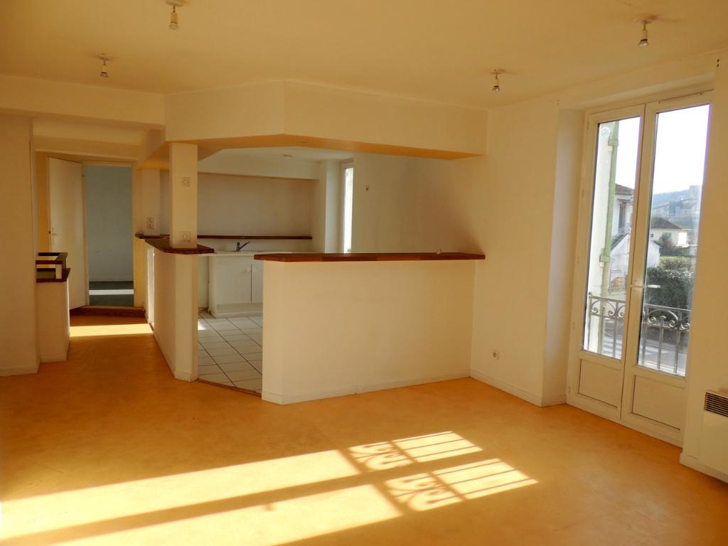 SAINTE-LIVRADE-SUR-LOT, appartement de type 3 d'environ 70,66 m2 situé au 1er étage.  Ce vaste appartement T3 comprend : une entrée, une pièce de vie avec coin cuisine, une salle d'eau avec WC et deux chambres.  Chauffage électrique et menuiseries PVC dou