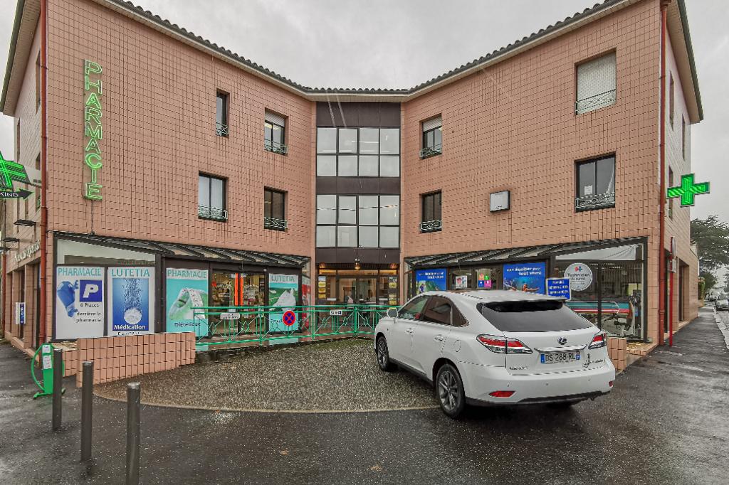Villeneuve sur Lot, plein centre, proche des commodités, appartement à vendre situé au 1er étage d'une résidence calme avec ascenseur comprenant 23 lots en co-propriété. Appartement d'environ 101m2