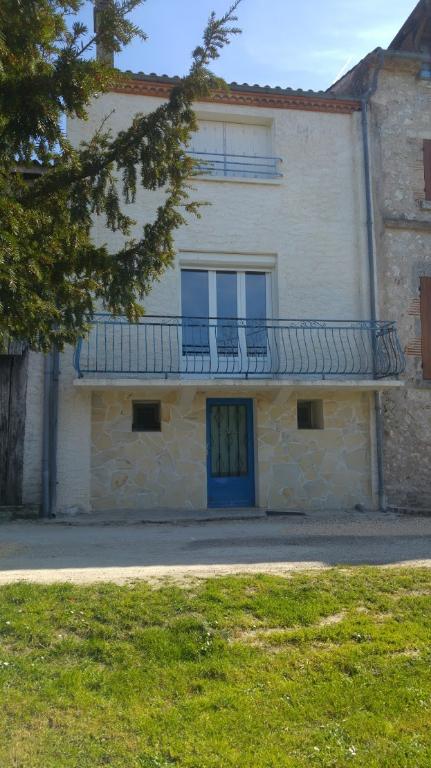 Secteur Castelmoron sur Lot, dans un village avec commerces et école, maison de ville d'environ 83 m2. La maison a été entièrement rénovée (double vitrage récent, tableau électrique neuf, peintures récentes, ...). De plain pied, la pièce de vie est lumine