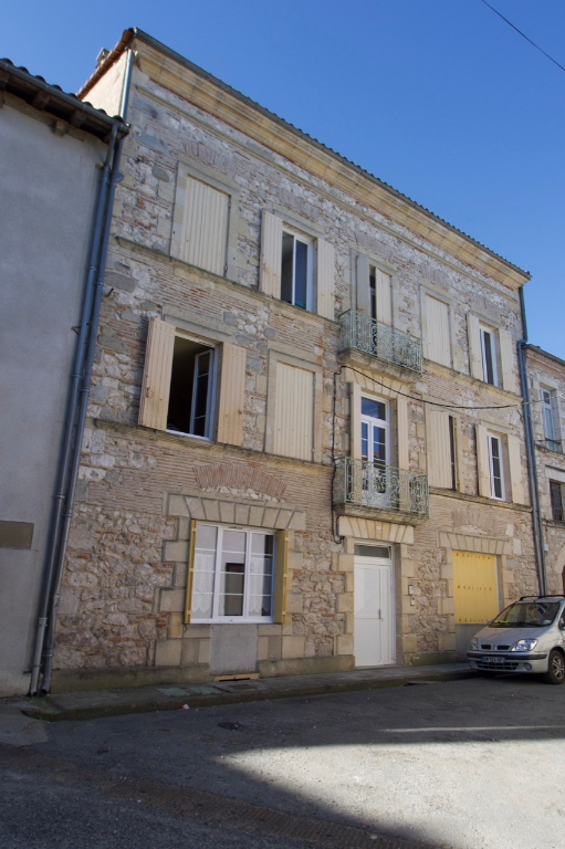 Secteur Castelmoron sur Lot (entre Villeneuve sur Lot et Tonneins), immeuble de rapport locatif à vendre d'environ 278,96 m2 comprenant 5 appartements. Potentiel de location : 1540 € bruts mensuels soit 18480 € € bruts annuels (soit 10,87% de rentabilité