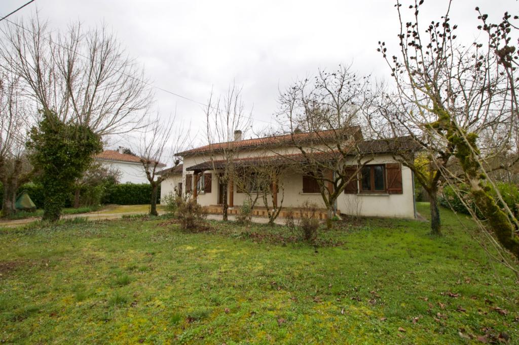 Située sur la commune de Casseneuil, en bord de Lède, maison de plain-pied comprenant 3 chambres d'une surface habitable d'environ 80m2 sur une parcelle de 4922m2 donnant sur la Lède.