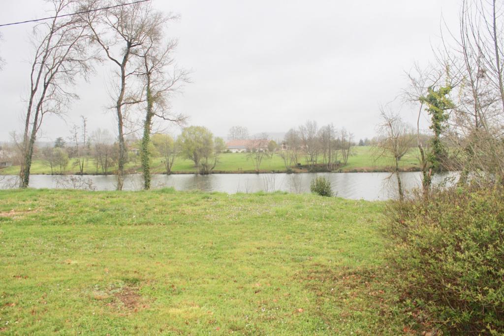 A 5 min de Villeneuve sur Lot et de toutes les commodités, maison de plain pied d'environ 130 m2 en bordure de Lot avec sa descente privée sur la rivière. Elle comprend un séjour double, une cuisine aménagée, une véranda avec vue sur le Lot et 3 grandes c