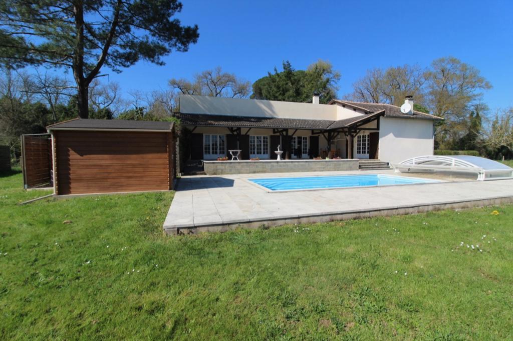 Bias, proche Villeneuve sur Lot, vous aimerez le cadre de cette maison de plain pied  à la campagne et tout proche de la ville. La maison est très lumineuse avec ses portes fenêtres et et spacieuse avec ses 176 m2 de surface habitable. Son jardin arboré d