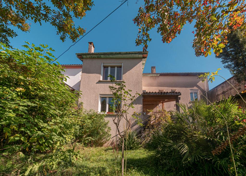 Maison de ville  à Sainte Livrade Sur Lot  d'environ 126m2 comprenant 3 chambres, une terrasse, un jardin