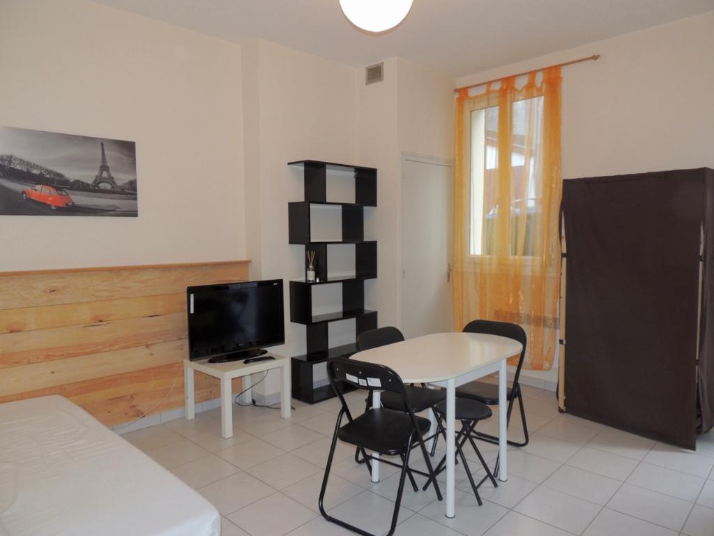 Villeneuve sur Lot, proche IFSI, Appartement T1 joliment MEUBLE de 19 m2  avec coin cuisine et salle de bains. Dans rue tranquille rive droite, proche toutes commodités et place de l'Hôtel de ville avec stationnement gratuit.