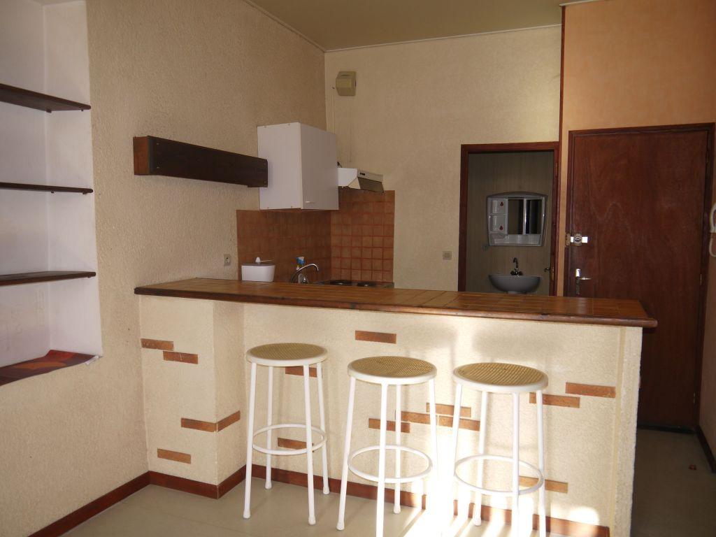 Villeneuve Sur Lot, studio meublé d'environ 36 m2.    A deux pas de l'IFSI et proche du centre, agréable studio, en partie meublé, situé au deuxième étage d'un immeuble calme.