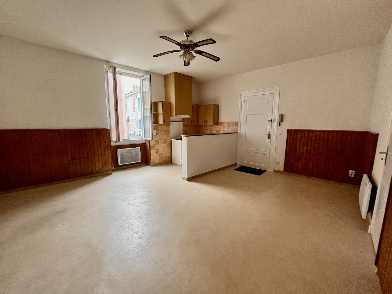 Villeneuve sur Lot, studio meublé 31 m², en centre ville, en bon état dans une rue calme. Proche IFSI. Coin cuisine équipée, un grand lit de 140 cm, une salle d'eau avec WC. Placards et rangements.  Cynthia sera heureuse vous faire visiter ce logement tou