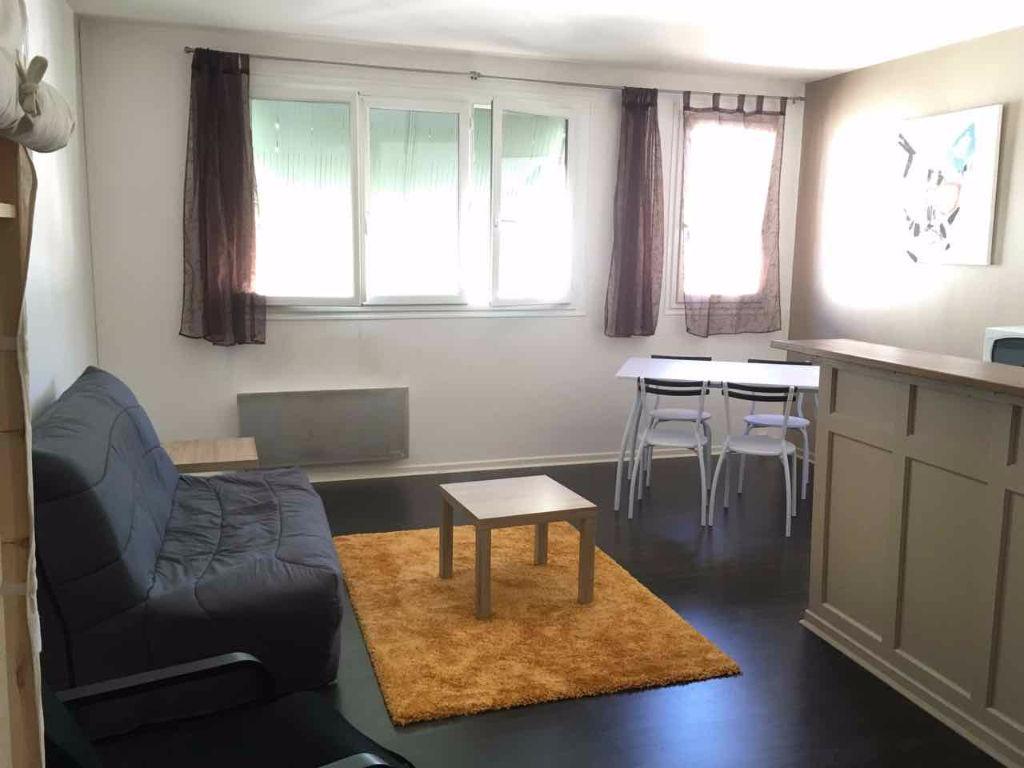 Villeneuve sur Lot, dans une rue proche du centre ville, appartement refait à neuf très agréable. de 30 m2. Grande pièce de vie lumineuse avec petit coin cuisine et placards.