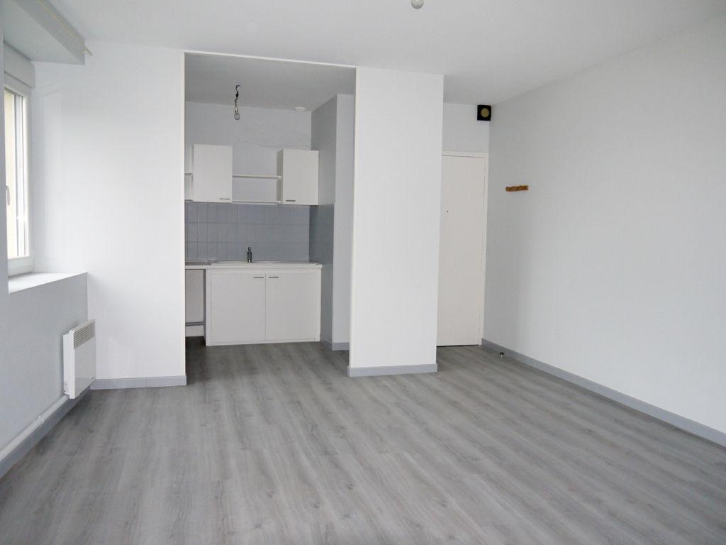 Sainte Livrade sur Lot, à 10 mn de Villeneuve sur Lot, agréable appartement de type 2 de 54 m2 entièrement refait à neuf situé au 1er étage d'un immeuble tranquille, comprenant : une pièce de vie avec placard, un coin cuisine, une salle de bains, un WC et