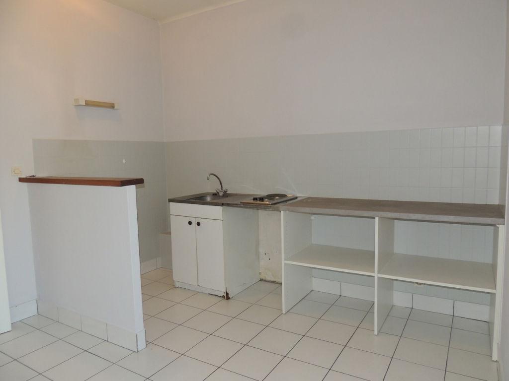 VILLENEUVE SUR LOT , à deux pas du centre ville et proche IFSI. Dans un immeuble très calme agréable appartement de type 2 d'environ 33,36 m2 comprenant une pièce de vie avec coin cuisine, une chambre et une salle d'eau avec wc. Appartement très lumineux.