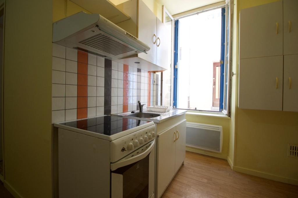 Appartement en rez-de-chaussée Villeneuve Sur Lot, de 32,28 m2, dans petit immeuble comprenant deux logements et proche de l'IFSI, agréable appartement T1 bis en rez-de-chaussée comprenant une pièce de vie avec un coin cuisine équipée, une salle d'eau, un