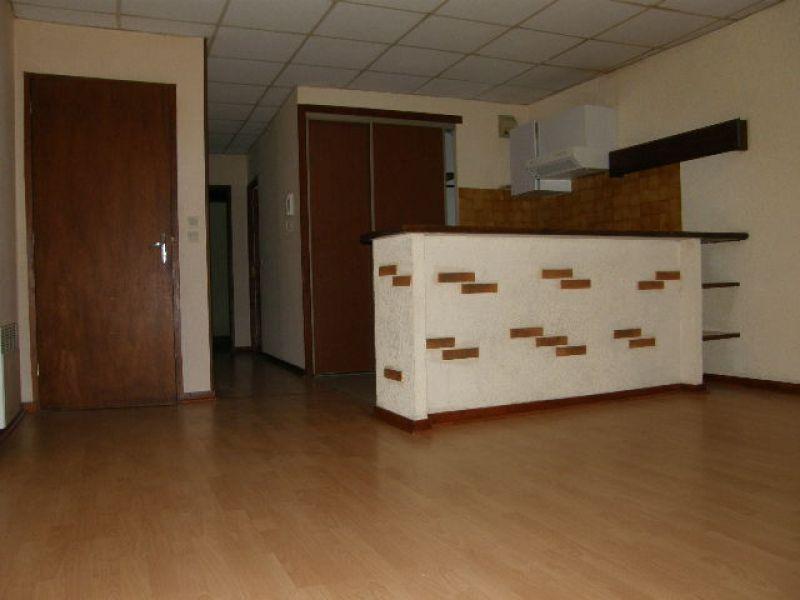 Villeneuve-sur-lot, au dernier étage d'un petit immeuble, agréable appartement de type 3 d'environ62,68 m2.   Appartement comprenant une pièce de vie avec un coin cuisine, un couloir distribuant deux chambres et une salle d'eau avec WC.   L'appartement es