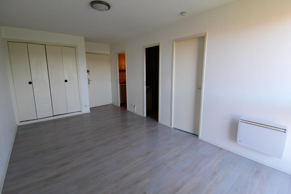 VILLENEUVE SUR LOT, dans la Résidence de Contièges, à deux pas du centre ville, vous apprécierez cet appartement refait entièrement à neuf de 33 m² orienté plein Sud avec ascenseur. Cuisine indépendante de 4,2 m2, séjour de 16,40m2 et  chambre de 8,1 m2 a
