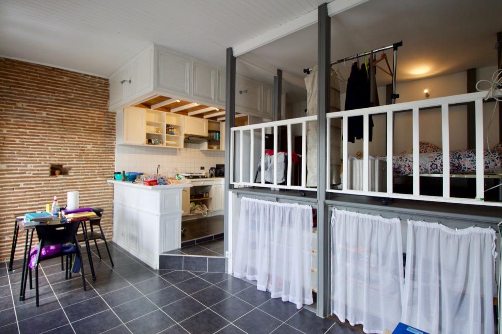 Appartement Villeneuve Sur Lot 2 pièce(s) A deux pas de l'IFSI, appartement en très bon état comprenant un coin cuisine aménagée neuf (placards haut et bas, frigo et plaque), une pièce de vie, une chambre ouverte et une salle d'eau avec WC.