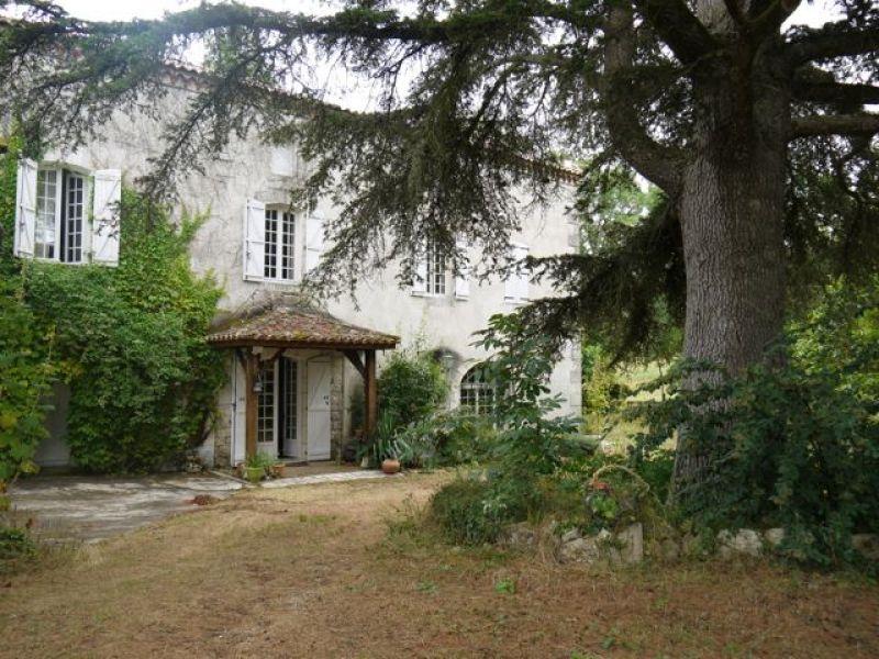 Entre VILLENEUVE SUR LOT et AGEN, ancien moulin datant du 17° siècle transformé en maison d'habitation de 2oo m², avec 4 chambres, un bureau une pièce de vie de 42m² sur 8hectares de terrain.