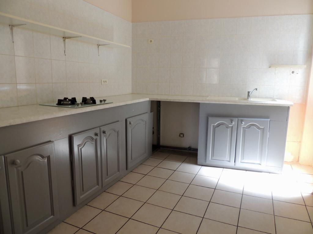 Ste Livrade/Lot, dans un quartier tranquille, proche du cinéma, charmant appartement refait à neuf de 88 m2 avec deux chambres et mezzanine. Cuisine indépendante, séjour de 35 m2, deux chambres dont une avec mezzanine. Chauffage électrique avec radiants,